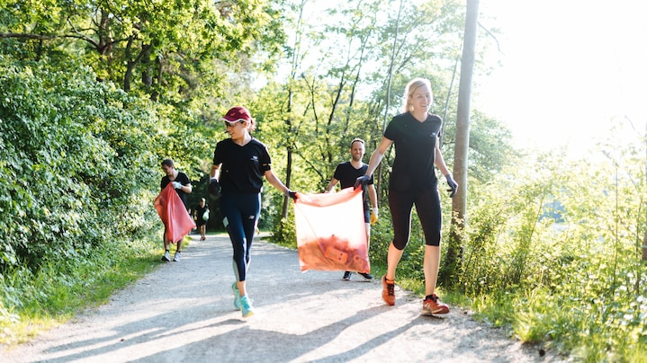 Plogging – jogging and collecting waste with Audi Environmental Foundation