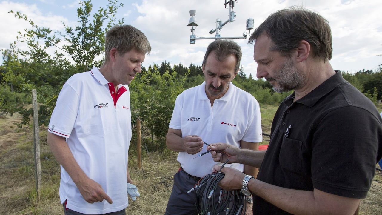 Dr. Thomas Rötzer (right) from the Chair for Forest Yield Science at the Technical University of Munich explains how the sensors work to Dr. Rüdiger Recknagel from the Audi  Environmental Foundation (left) and Albert Mayer, Audi plant manager at the Ingolstadt site (center). The sensors are now attached to ten oaks and deliver significant data to the weather station.