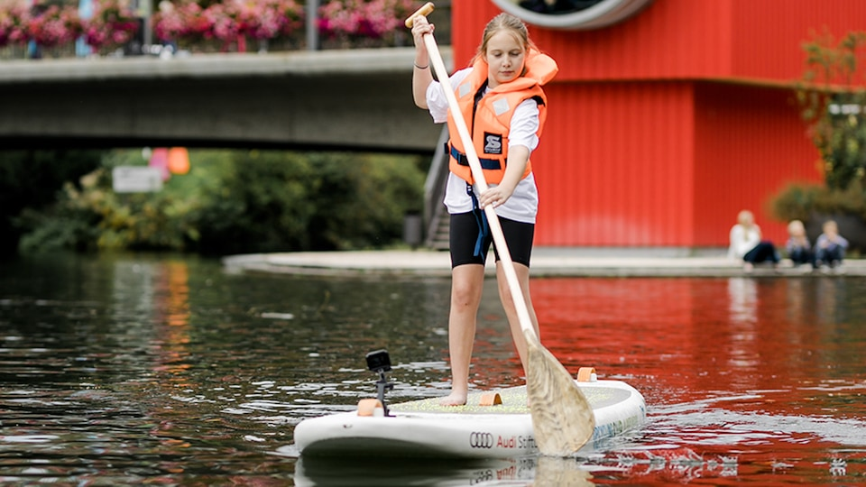 A student is testing the SUP on the Neckar.